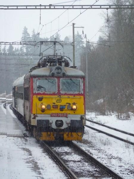 242 202-0 s Os 8364 v Dobroníně, 3.2.2011